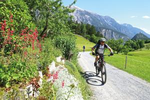 fahrradfahrer_mit_mtb_faehrt_bei_leichtem_alpencross_nach_landeck