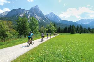 mountainbiker_fahren_auf_leichtem_weg_zum_gardasee_vorbei_an_mieminger
