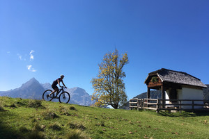 Mountainbikerin vor der Eiblkapelle