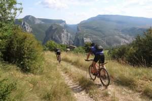 Mountainbiker fahren zur Verdon Schlucht